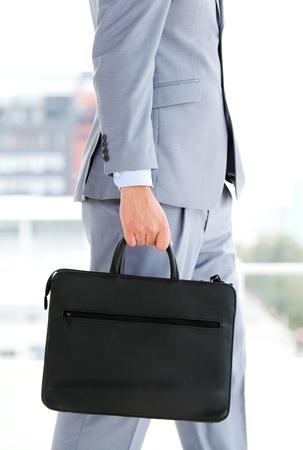 Empresario sosteniendo un maletín