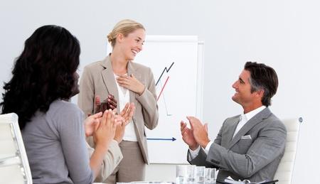 Lachende mensen applaudisseren een goede presentatie