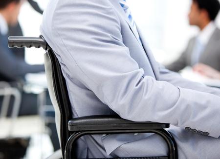 paraplegic: Close-up van een zakenman zittend op een rolstoel
