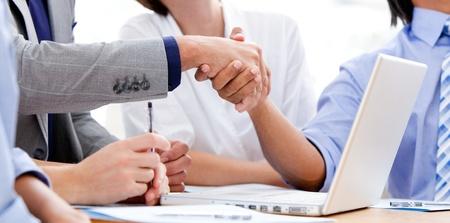 manos unidas: Primer plano de estrechar la mano de asociados de negocios