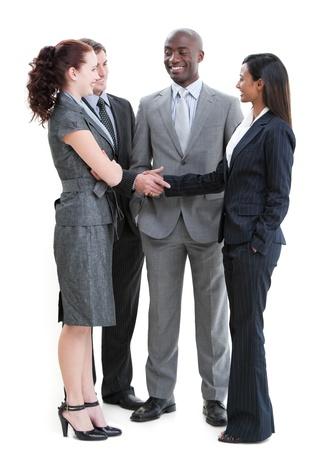 mani che si stringono: Uomini d'affari concentrato interagire in piedi