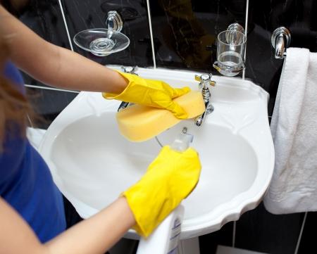 mujer limpiando: Joven receptor de un ba�o de limpieza