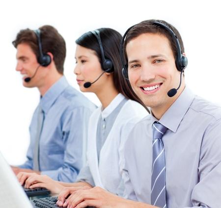 Lachend business team te werken op de computer