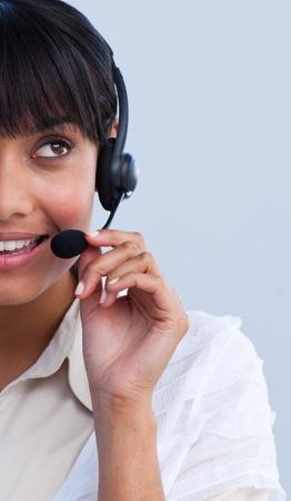 gl�cklicher kunde: Portr�t von eine ethnische gesch�ftsfrau arbeiten in einem Callcenter Lizenzfreie Bilder