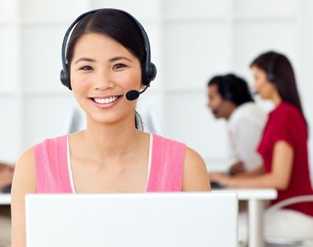 amigas conversando: Empresaria asi�ticos mediante auriculares  Foto de archivo