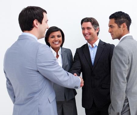 mani che si stringono: Uomini d'affari internazionali chiusura di un accordo