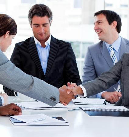 cerrando negocio: Close-up de los empresarios exitosos de cerrar un trato
