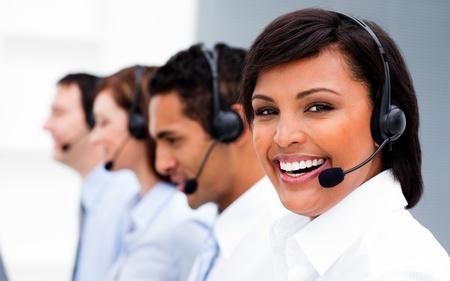 telephone headsets: Atractiva joven que trabaja en un centro de llamadas  Foto de archivo