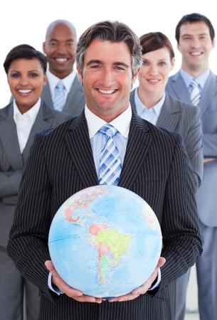 negocios internacionales: Equipo de negocios ambicioso mostrando un globo terraqueo