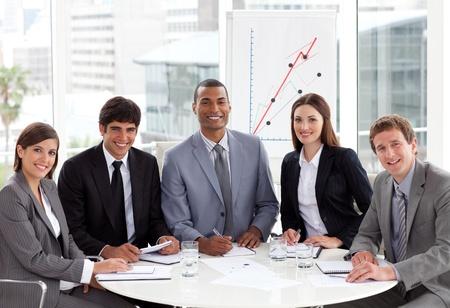 negocios internacionales: Empresarios multi�tnica en una reuni�n Foto de archivo