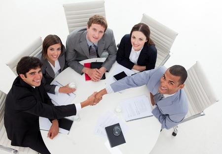 cerrando negocio: La gente de negocios Internatonal cerrar un trato