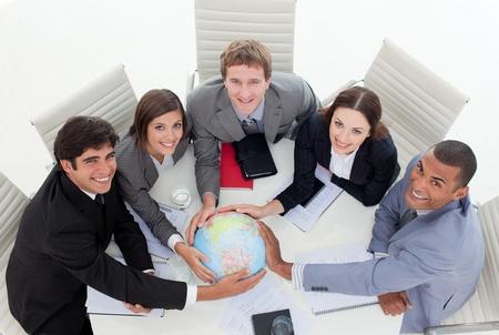 terrestre: Alto angolo di un team diversificato di attivit� in possesso di un globo terrestre Archivio Fotografico