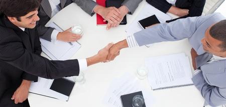 Close-up de los empresarios exitosos de cerrar un trato