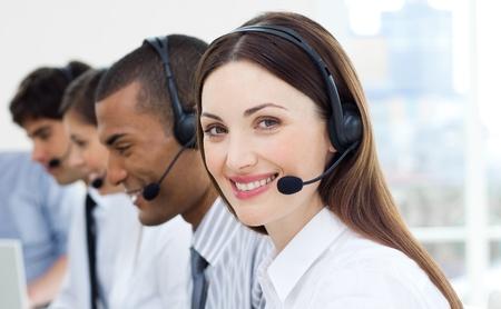 servicio al cliente: Agentes de servicio al cliente con auriculares en