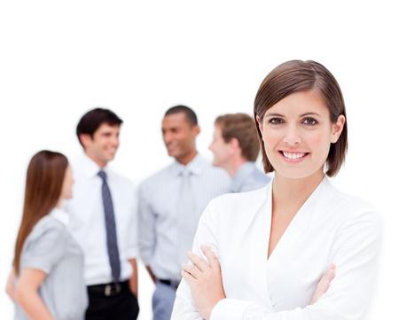 businesswoman suit: Administrador de confianza en frente de su equipo con los brazos doblados Foto de archivo
