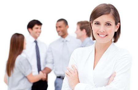 Femme d'affaires souriant, les bras croisés
