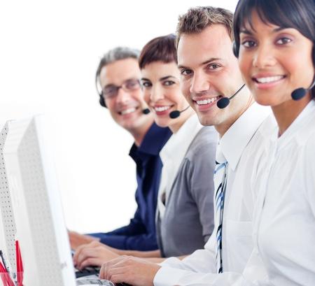 web service: Representantes de servicio al cliente multi�tnica con auriculares en
