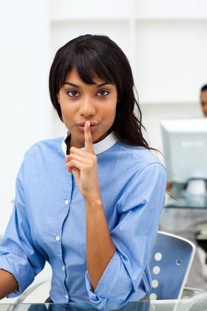guardar silencio: Empresaria �tnica pidiendo silencio  Foto de archivo