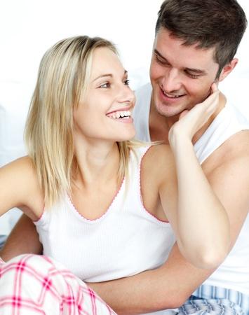 pareja en la cama: Pareja mirando mutuamente