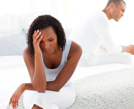 divorce: Couple boulevers�e assis sur lit s�par�ment