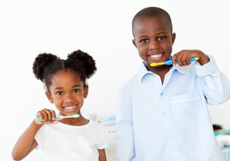cepillarse los dientes: Sonriente, hermano y hermana cepillarse los dientes