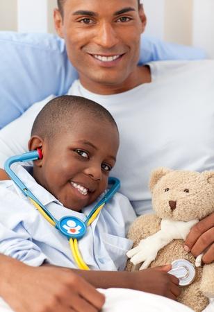 ni�os enfermos: Padre con su hijo enfermo  Foto de archivo