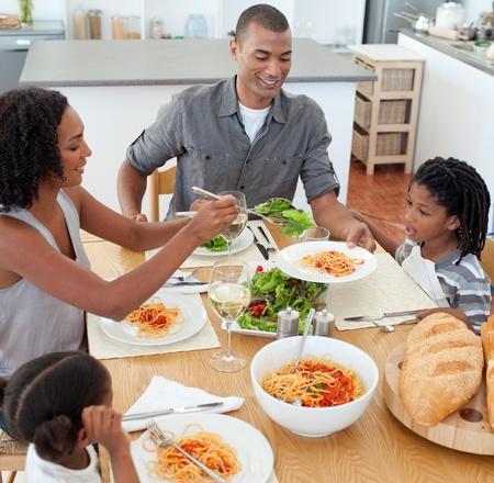 familia cenando: Familia Jolly cenar juntos