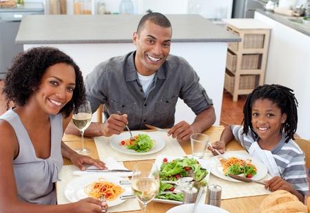 familia cenando: Pareja �tnica con su hijo