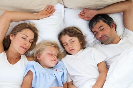 enfant qui dort: Famille aimante dormiront ensemble