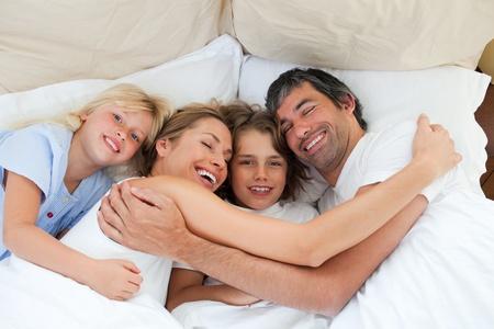 familia animada: Familia animada abrazos en el dormitorio