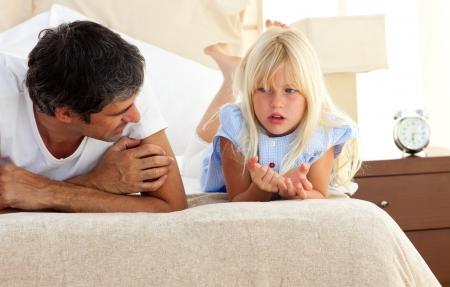 padres hablando con hijos: Ni�a hablando en serio con su padre