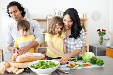 Positieve familie bereiden de lunch bij elkaar
