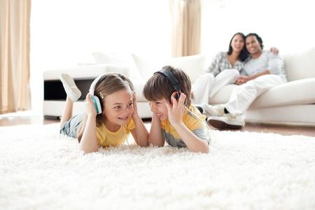 listening to music: Hermano y hermana escuchando m�sica con auriculares