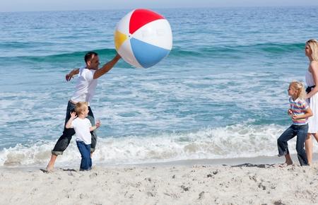 familia animada: Familia animada jugando con una pelota