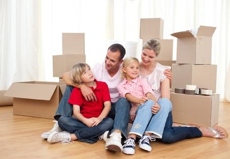 frau sitzt am boden: M�de, Familie entspannen beim Umzug Lizenzfreie Bilder