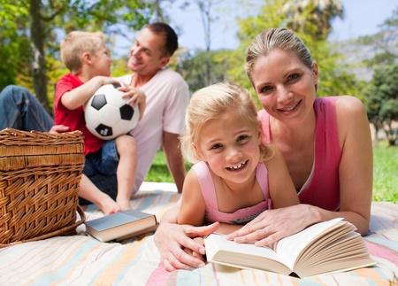 pique nique en famille: Bonne jeune famille b�n�ficiant d'un pique-nique