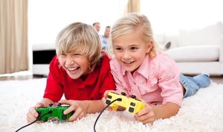 ni�os jugando videojuegos: Adorables ni�os jugando videojuegos