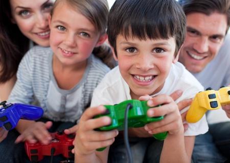 niños jugando videojuegos: Excitada familia jugar juegos de vídeo