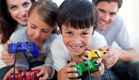 niños jugando videojuegos: Jugar juegos de vídeo con sus hijos de padres