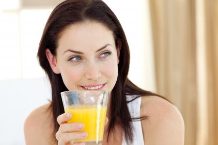 jugos: Mujer atractiva beber jugo de naranja