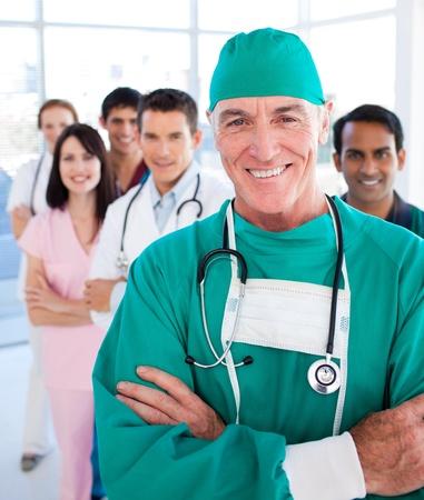 cirujano: Grupo m�dico multi�tnica sonriendo a la c�mara