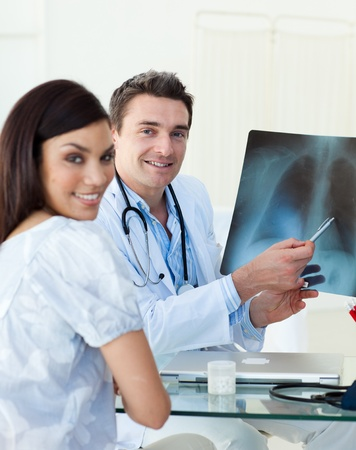 torax: Smiling doctors examining an x-ray