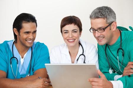 uniforme medico: Grupo de m�dicos en una reuni�n