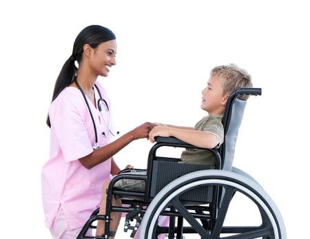 enfants handicap�s: Mignon petit gar�on dans un fauteuil roulant discuter avec son m�decin Banque d'images