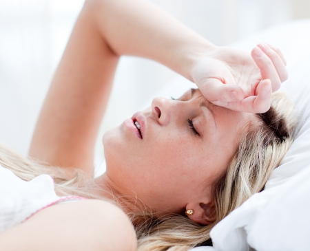 femme triste: Fatigu� de femme dort sur un lit