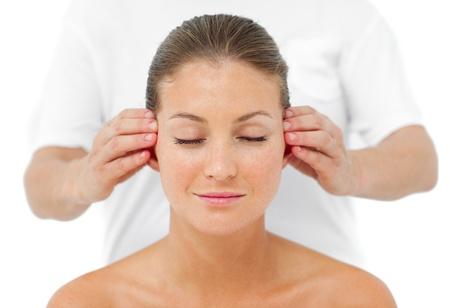 Aantrekkelijke vrouw met een hoofd massage