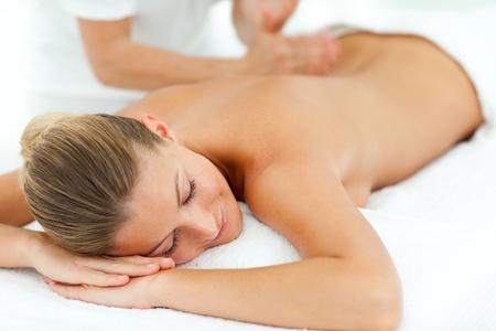 masaje corporal: Mujer concentrada disfrutando de un masaje