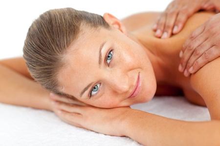 Retrato de mujer rubia disfrutando de un masaje