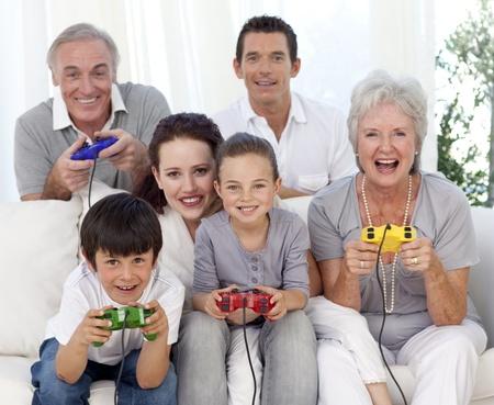 ni�os jugando videojuegos: Jugar juegos de v�deo en casa de familia Foto de archivo