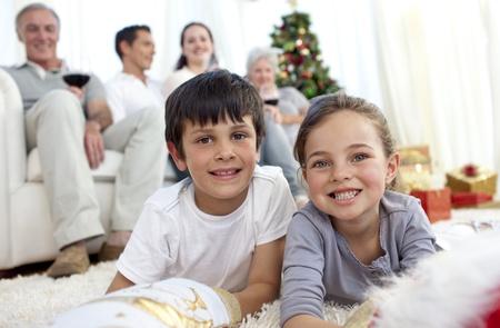 botas de navidad: Sonrientes ni�os buscando presenta en botas de Navidad